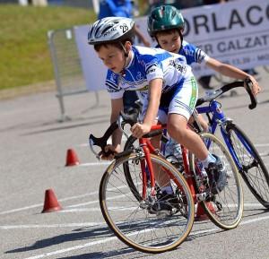 piccoli-ciclisti-in-gara_t